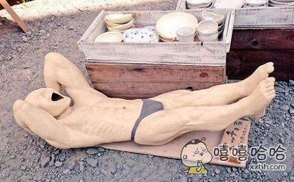 在逛陶器市场的时候发现了这件冲击性的珍品,从这美妙的曲线和优雅的表情中