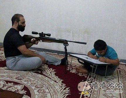小时候,父母耐心辅导我做作业的情景历历在目