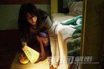 据说闹鬼现象曾在60年代的香港发生过!在一些住宅内家具竟会莫名其妙的移动,餐具突然从桌子上摔下去砸得粉碎,半夜里睡在床上的主人会被